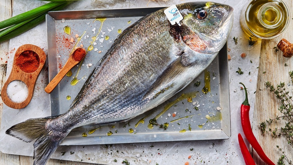 Tutta la freschezza e la qualità del pesce fresco d'acquacoltura greca Fish from Greece per una pausa pranzo sana, gustosa e a prova di rientro