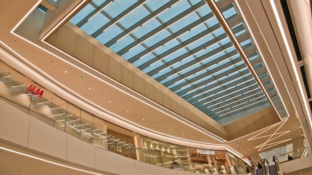 Elnòs si distingue per un'architettura sobria ed elegante arricchita da luce naturale