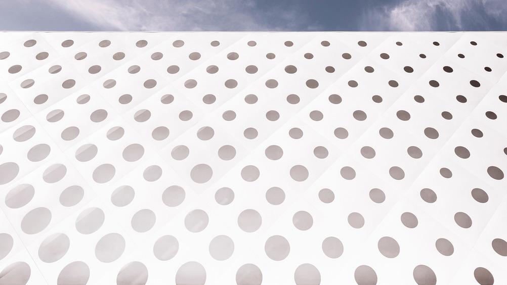 Il tema del cerchio, ispirato al logo Coop, caratterizza tutto il complesso