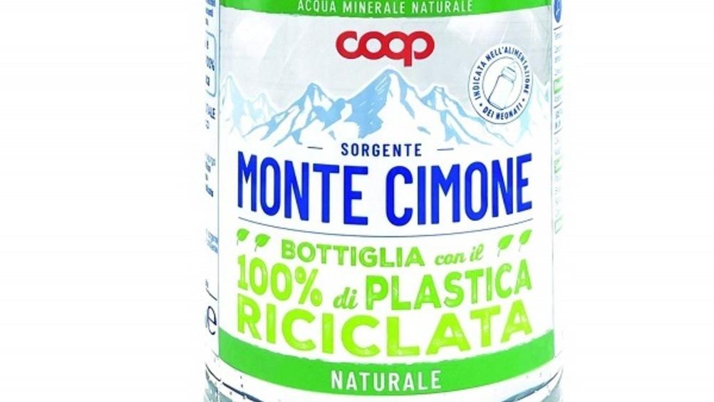 Coop presenta la bottiglia di acqua minerale con il 100% di plastica riciclata