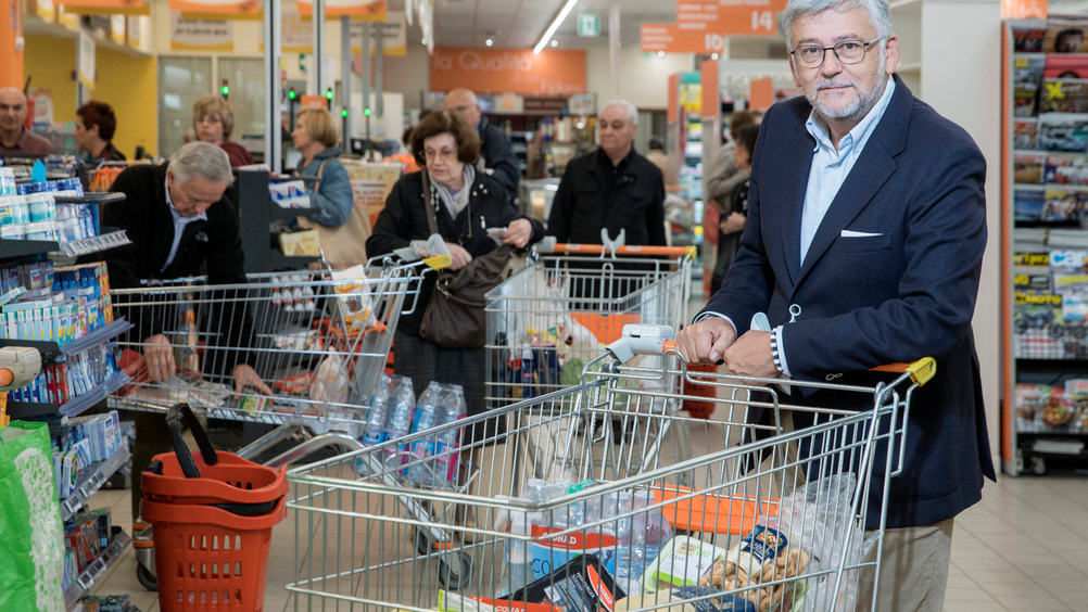 Il cliente Conad - nella foto Francesco Pugliese - fa il pieno di private label