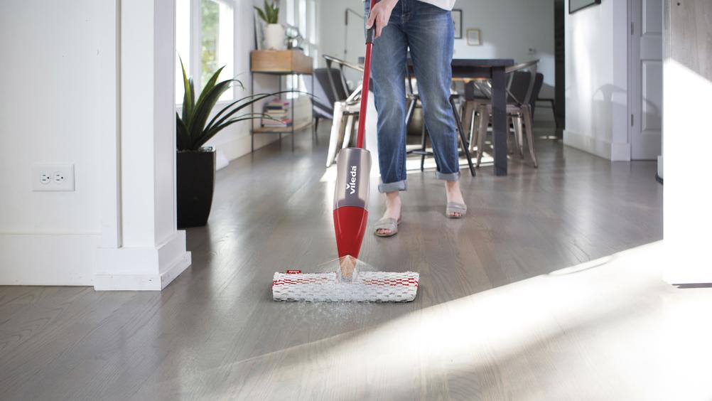 Vileda presenta 1-2 Spray Max: l'innovativa soluzione per la pulizia profonda dei pavimenti che fa risparmiare tempo ed energia!