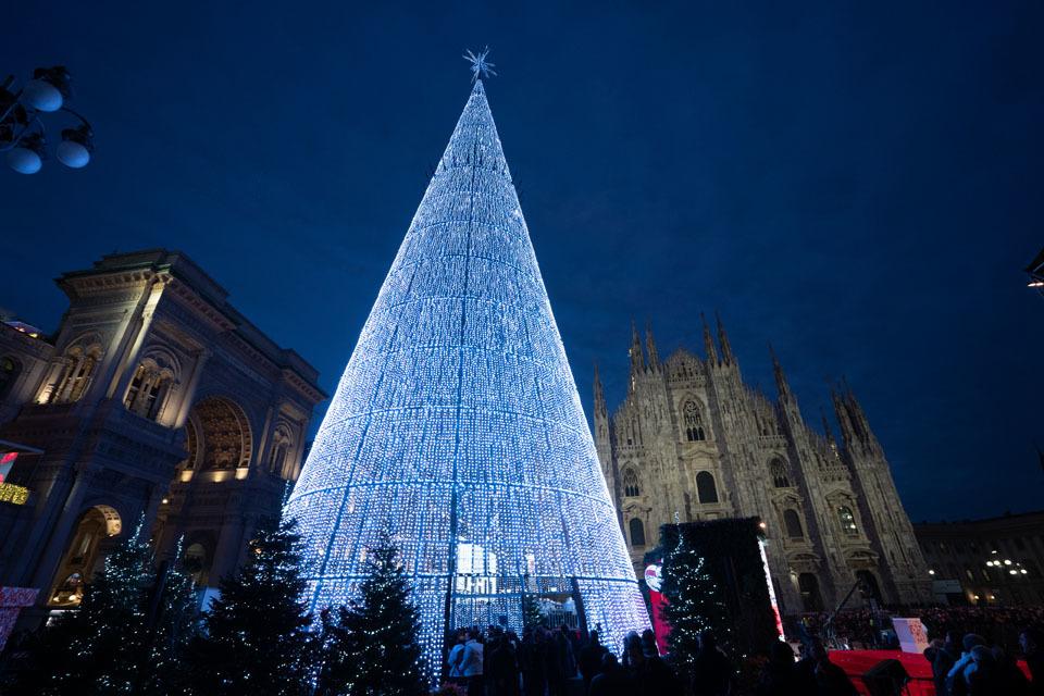 Esselunga accende l'albero di Natale di Milano