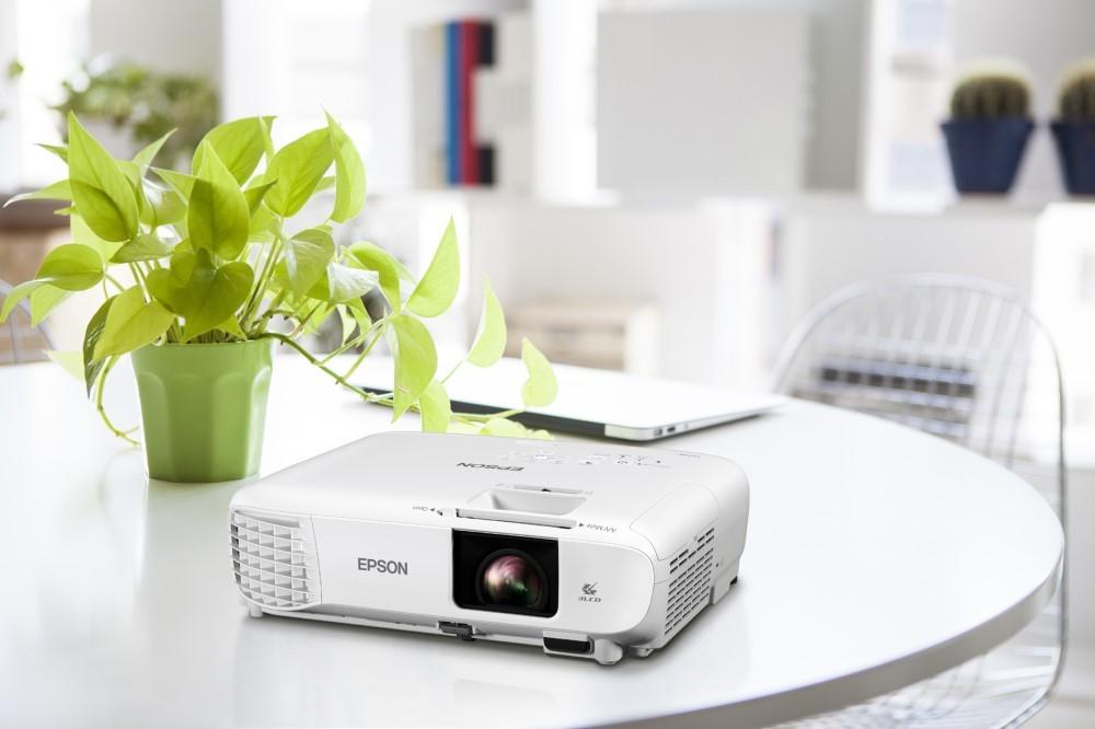 Epson:  i recenti videoproiettori permettono il distanziamento sociale